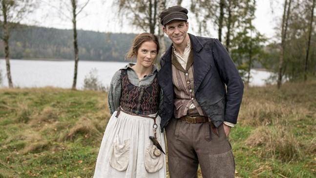 Kristina (Lisa Carlehed) och Karl Oskar (Gustaf Skarsgård).