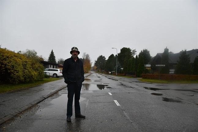 Koppövägen är gropig och borde få ny asfaltbeläggning, konstaterar Harry Stenlund.