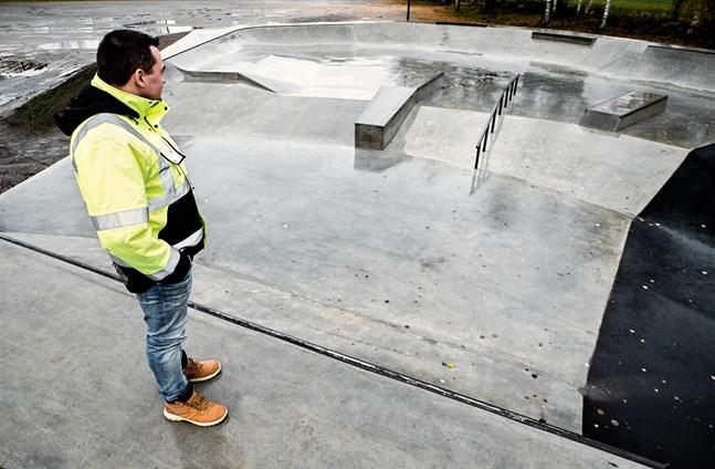 Byggherreingenjör Frank Bäcksholm tycker det är trist att skadegörare förstör för stadens unga.