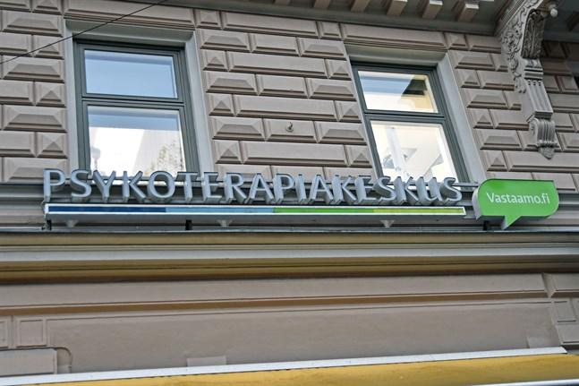 Psykoterapicentret Vastaamos tidigare vd avskedades på måndagen och styrelseordförande Tuomas Kahri tog över ledningen.
