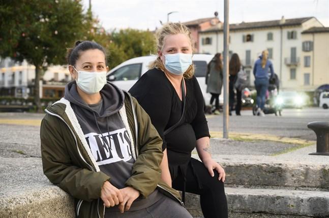 Nicoletta och Milania tycker att turister inte följer reglerna om munskydd lika bra som italienarna.