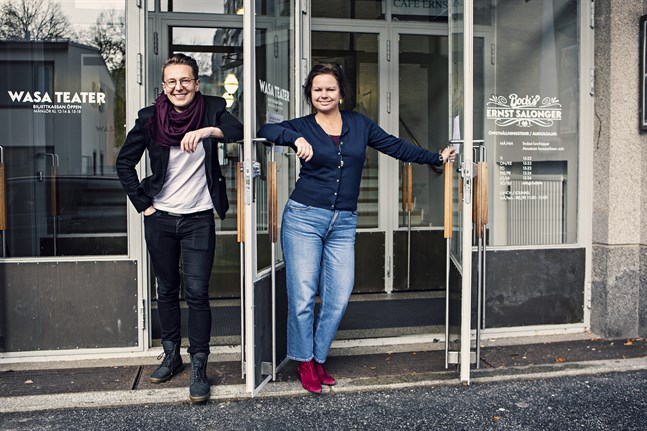 Seppo Välinen, stadsteaterns chef, och Wasa Teaters chef Ann-Luise Bertell öppnar teatrarna igen.
