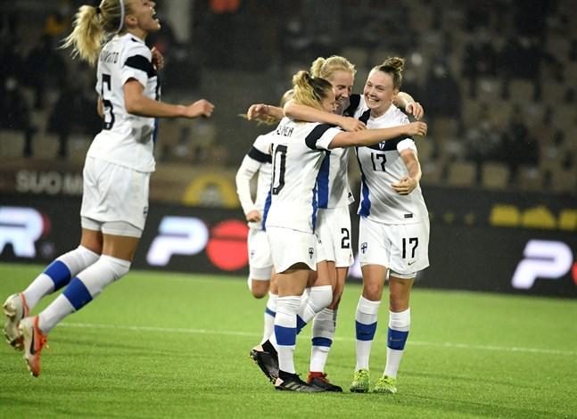 Emma Koivisto, Emmi Alanen, Eveliina Summanen och Sanni Franssi firar 1–0-målet.