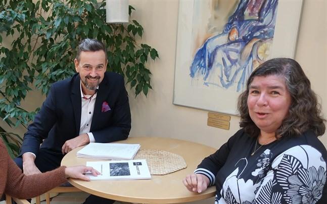 Tf kommundirektör Ulf Stenman och tf ekonomi- och personalchef Sissi Brännbacka kan vara nöjda med Kronobys bokslut.