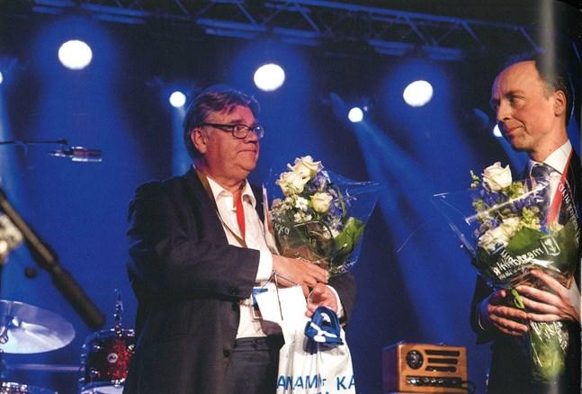 Konungen är detroniserad. Timo Soini fick inte sin kronprins Sampo Terho vald till ordförande, utan partiet togs över av Jussi Halla-aho. Bild ur boken.