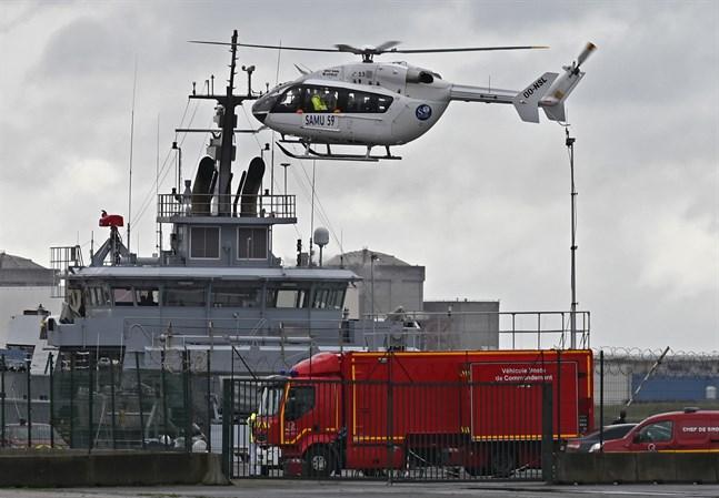 En räddningshelikopter och ett räddningsfartyg som deltog i insatsen på tisdagen.