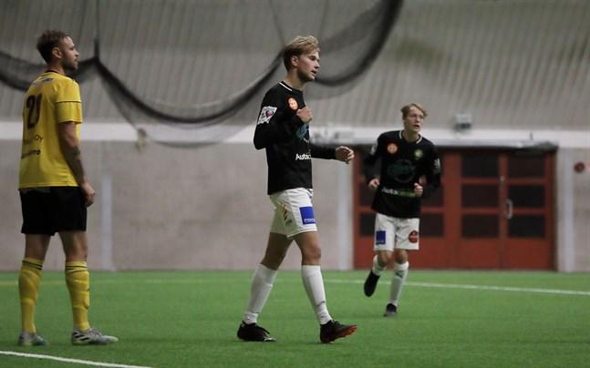 Alex Ramsay var ovanligt pigg i matchen mot Roope Vahalahtis Kiisto. I bakgrunden skymtar Rasmus Korkea-aho.