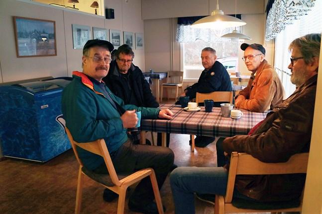 Mats Sågfors, Stig Dahlvik, Nils-Göran Knutar, Bo Sandvik och Dan-Håkan Granö diskuterar hur landet ligger på en bensinstation i Terjärv.