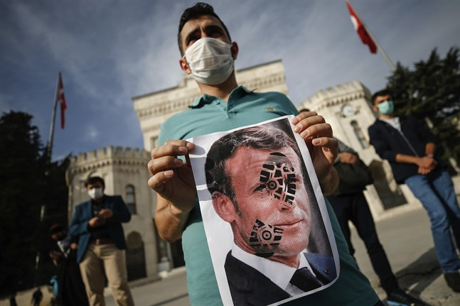 En ung man protesterar mot Frankrikes president Emmanuel Macron vid en demonstration i Istanbul.