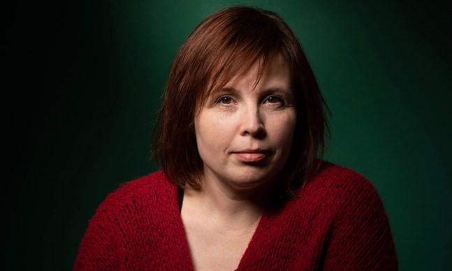 Karin Erlandsson (född 1978) är hemma från Nykarleby, men bor i dag i Mariehamn.