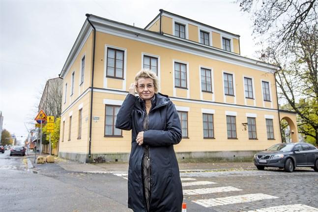 Överraskande nog blev den kommande utställningen även Olga Gummerus-Ehrströms återkomst till barndomshemmet, säger Maaria Salo som är utställningschef på Vasa stads museer.
