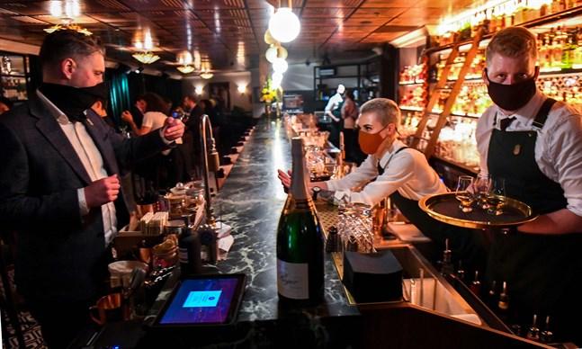 Då tisdag övergick till onsdag passade Melbournebor och barer på att fira att restriktionerna hävts. Här på baren Nick & Nora.