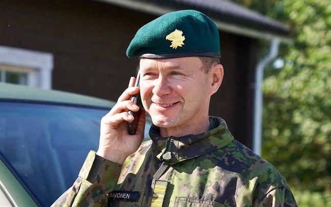 Kommendör Mika Immonen, stabschef vid Nylands brigad, hoppas att alla beväringar som återvänder från permissionen på söndag är friska.