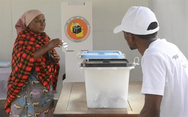 En kvinna lägger sin röst i huvudstaden Dodoma i Tanzania.