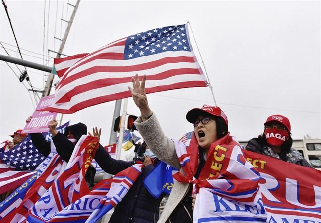 """""""Fyra år till"""" skriker Trumpanhängaren Yuko Matsuoka i Dallas i Pennsylvania i samband med att den sittande presidentens demokratiske utmanare Joe Biden höll ett kampanjmöte där häromdagen. Pennsylvania är en viktig vågmästarstat."""