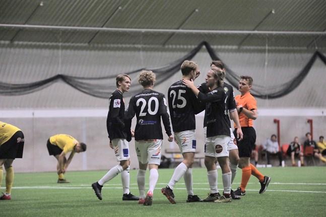 Alex Ramsay (25) var tongivande för JBK med sina två mål och såg till att det blir degradering för FC Kiisto.