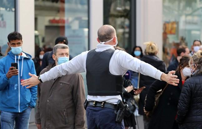 Polis trycker tillbaka allmänheten nära platsen för attacken i Nice.