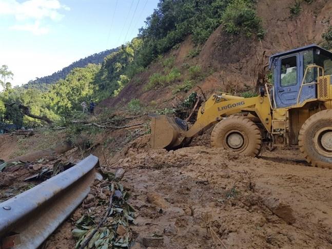 Tyfonen Molave har orsakat kraftiga jordskred i Vietnam.