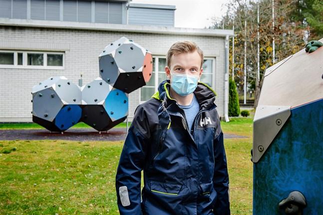 Carl-Wilhelm Stenman är lärare i fysik, matematik och jakt i Sursik skola. Efter höstlovet hade han tillräckligt många symtomfria dagar för att kunna återvända till jobbet.