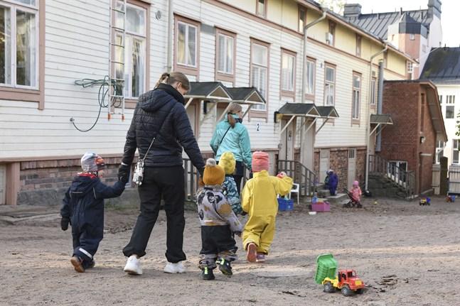 Regeringen föreslår sänkta avgifter inom småbarnspedagogiken. Ett av förslagen går ut på att höja syskonrabatten.