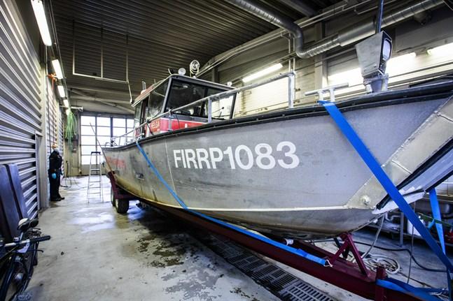 Här är den, den olycksdrabbade räddningsbåten Helga. Ismo Ojala vid räddningsverket visar den skadade båten.