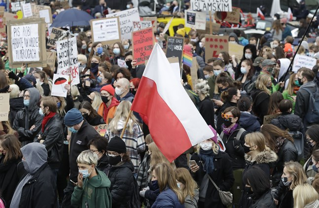Demonstrationer mot skärpt abortlag i Warszawa i onsdags.