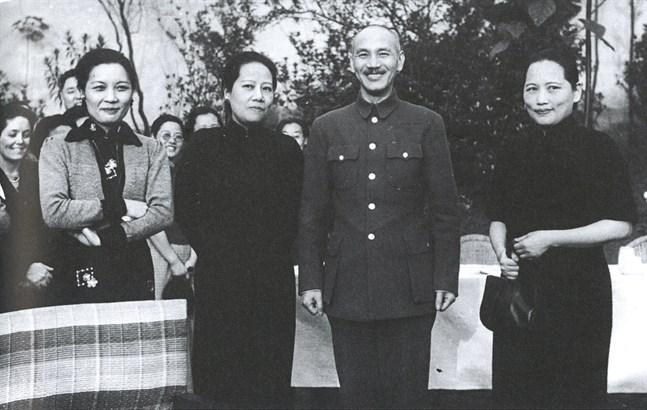 """De tre systrarna, från vänster May-ling, Ei-ling och Ching-ling tillsammans med Ei-lings make, natiolalistledaren Chiang Kai-chek. Bild ur boken """"De osannolika systrarna Soong"""" som getts ut på Norsteds förlag."""