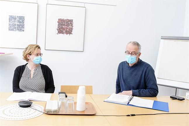 Pia-Maria Sjöström och Marcus Suojoki under social- och hälsovårdsnämdens info.