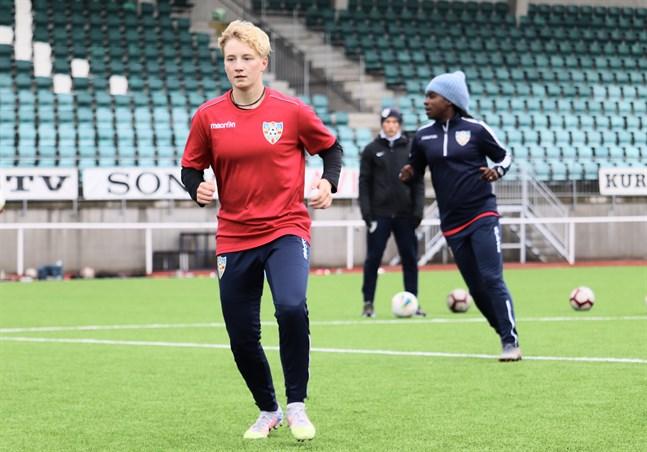 Monica Hagström trivs i Åland United och fortsätter i klubben nästa säsong.