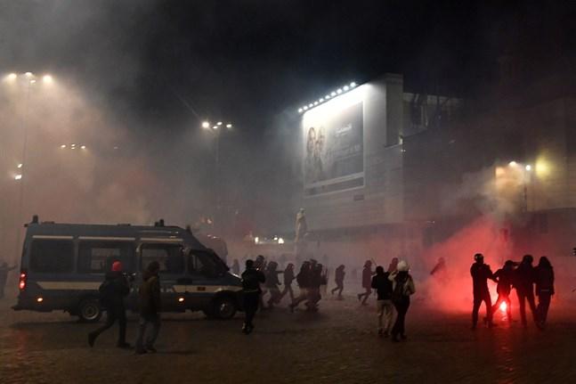 Också i Rom i Italien har en stor folkmassa demonstrerat mot regeringens nya restriktioner för att hålla coronaviruset under kontroll. Tusentals demonstranter har drabbat samman med polisen.