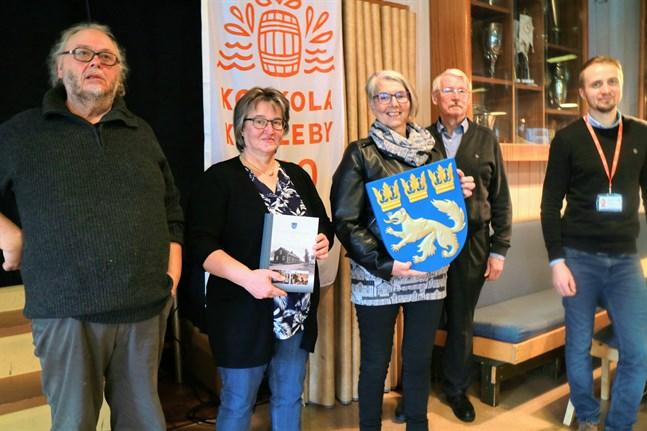 Eugen Söderström, Christina Frilund, Helena Anttiroiko-Mehtälä, Väinö Ylikangas och Erik Engberg har jobbat med sista delen av Karleby sockens historia.
