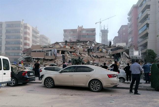Ett hus i staden Izmir i Turkiet har rasat efter jordbävningen.