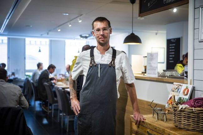 Staffan Rönn, delägare i Ett rum och kök i Vasa, är kritisk till regeringens sätt att hantera restaurangbranschen under pandemin.