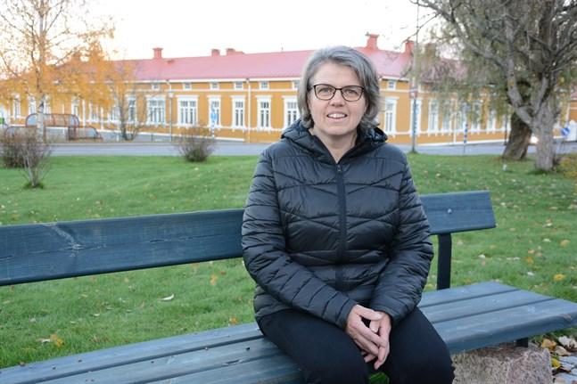 Margita Engelholm tar ibland sina elever ut till Frans Henrikssons park i Kristinestad, men det är snarare inom ämnet historia. Nu får hon pris för sitt brinnande engagemang  för unga företagare.