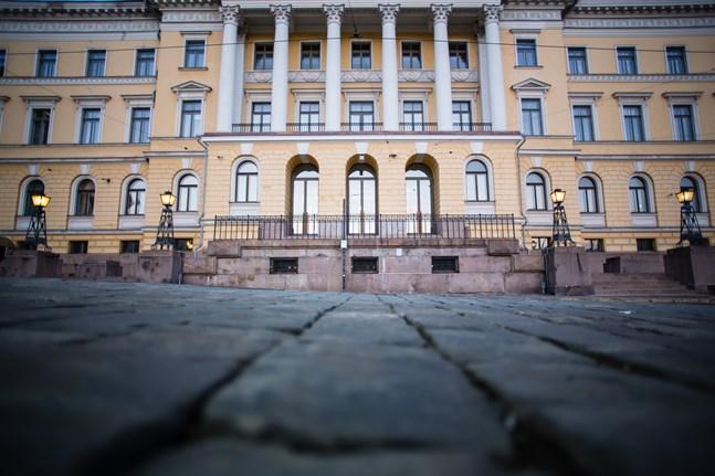 Statsrådet ber polisen utreda fallet där 11 ministeriers telefonväxel hackades på torsdagen.