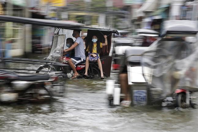 Tyfonen Molave orsakade översvämningar i Filippinerna förra veckan. Bild från Pampanga-provinsen i norra delen av landet i måndags.
