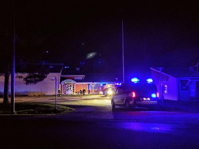 Brandbilar på plats vid Veikars skola.