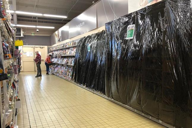 Tidningsavdelningen i ett glest befolkat varuhus i Gex i östra Frankrike på måndagen.