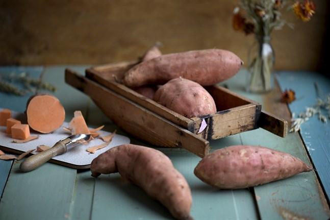 Sötpotatis är betydligt nyttigare än man kan tro. Bland annat är den laddad med antioxidanter, A-vitamin, kalcium och fibrer.