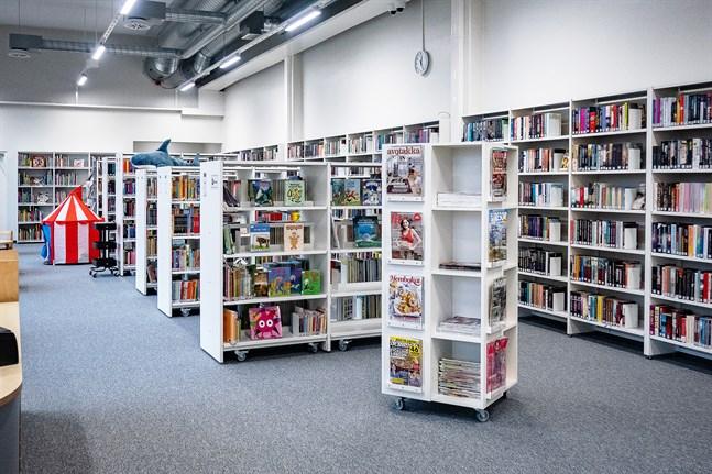 Personer under 18 år ska få låna böcker i Kronoby utan att oroa sig för förseningsavgifter.