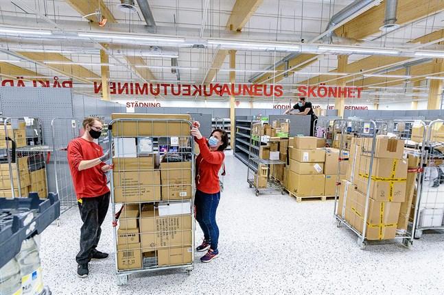 Avdelningsansvariga Uula Gröhn och butikschefen Katri Lehvonen har mycket arbete kvar med att fylla hyllorna i den nya affären i Jakobstad.