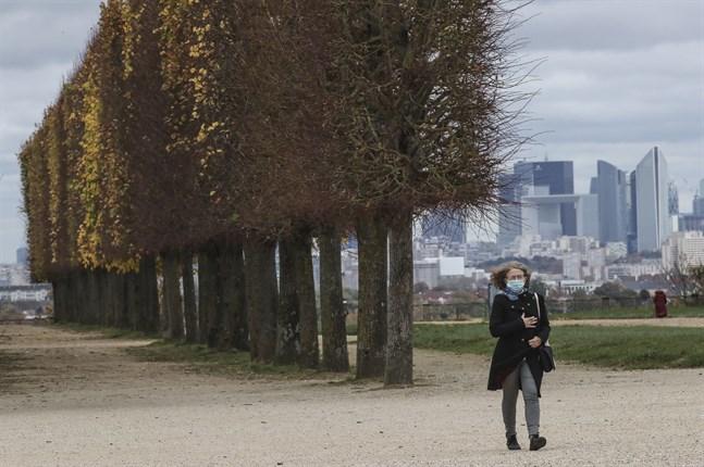 En kvinna på promenad i Saint-Germain-en-Laye väster om Paris under nedstängningen av Frankrike.