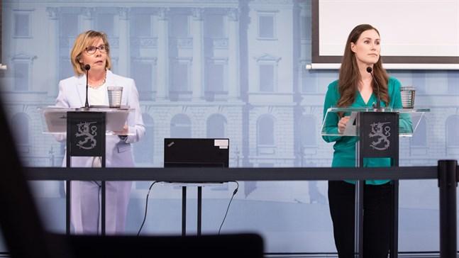 Justitieminister Anna-Maja Henriksson (SFP) och statsminister Sanna Marin (SDP) befinner sig ivarsin ända i fråga om fjolårets förvärvsinkomster inom den så kallade regeringsfemman. Bilden är tagen under en presskonferens i juni.