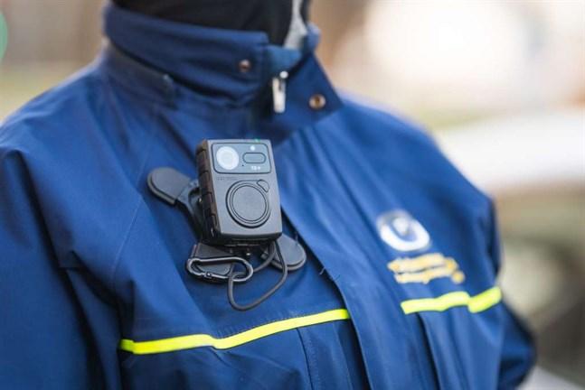 Varje vecka utsätts parkeringsövervakare för hotfulla situationer. En kamera på deras overaller ska minska på hoten.