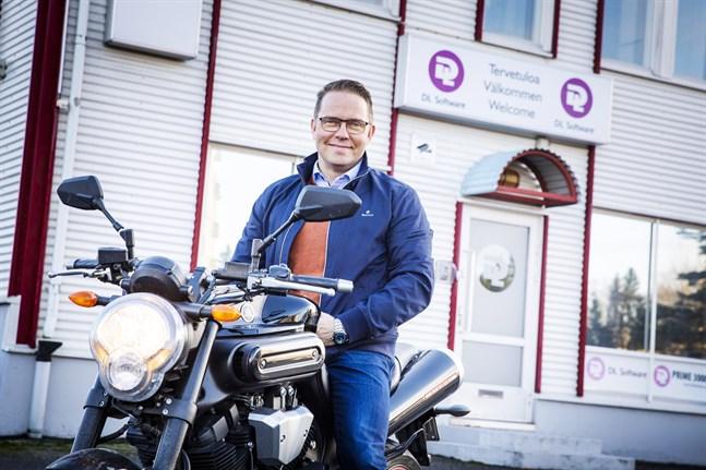 Niclas Lundell sålde sitt livsverk DL Software med kontor i Sunnanvik. Men han är fortfarande arbetande delägare och njuter av att pendla in till jobbet på motorcykeln.