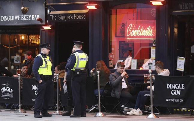 Hårda restriktioner har införts i bland annat Irland. På bilden en pub i huvudstaden Dublin den 21 oktober.