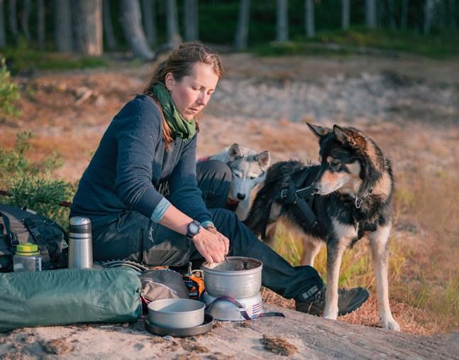 Ulrika Fellmans företag erbjuder mindre grupper trerättersmåltider i naturen. –Man kan fira högtider genom att upptäcka en ny plats tillsammans. I vår familj har vi firat många födelsedagar i skogen sedan våren.