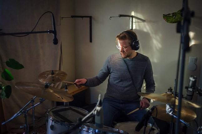 Den självlärda trummisen Carl Andtfolk från Härkmäri startade Schlagwerk tillsammans med Rickard Eklund 2010.