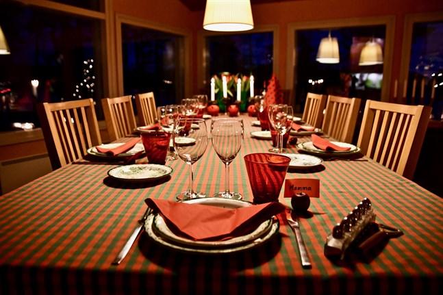 Hälsomyndigheternas gav förra veckan en rekommendation om att finländarna ska undvika stora släktfester under det kommande halvåret, vilket medför att exempelvis julfirandet kan se annorlunda ut i år.