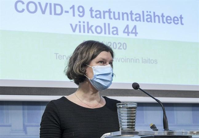 Emmi Sarvikivi, överläkare på Institutet för hälsa och välfärd, säger att det fortfarande är främst ungdomar i åldern 19–24 som smittas av covid-19.